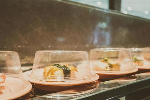 sushifack på transportbandet