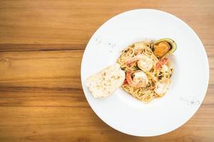 spaghetti skaldjur i vit platta