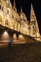 Budapest, Ungern 2017 - det ungerska parlamentet i Budapest på Donau i nattlamporna på gatlyktorna
