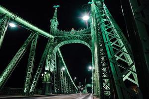 gammal järnbro över Donaufloden i Budapest