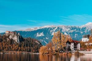 sjön blödde i de alpina bergen foto
