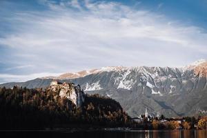 sjön blödde i de alpina bergen