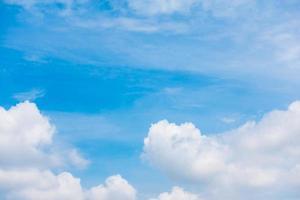 vita moln på blå himmel