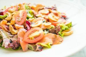 tomat- och grönsaksallad med rökt laxkött