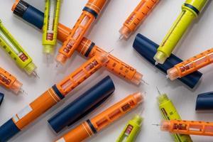 bunt med använda insulininjektorer eller sprutor av penntyp