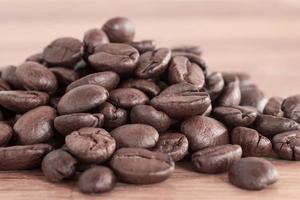 närbild av en hög med nya kaffebönor på trä