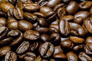 närbild av en bunt med mörka rostade kaffebönor