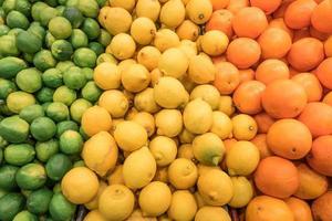 räknare av staplade färska citrusfrukter