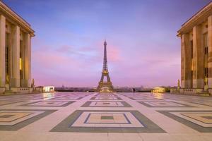 Eiffeltorn vid soluppgång från trocadero fontäner i paris