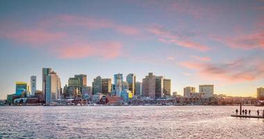 panoramautsikt över boston skyline med skyskrapor i skymningen i USA
