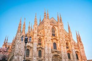 katedral duomo di milano vid torget piazza duomo, morgon i milan foto