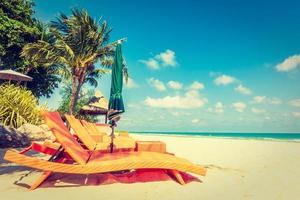 paraply och stol på stranden