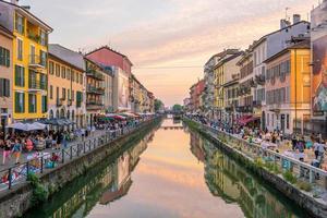 utsikt över det trånga distriktet Naviglio Grande i Milano