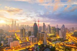 Kuala Lumpurs centrum i skymningen foto