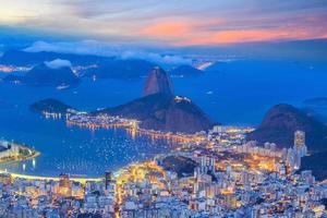 Rio de Janeiro City i skymningen foto