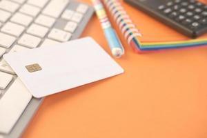 kreditkort på orange skrivbordsbakgrund