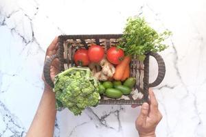 korg med färska grönsaker foto