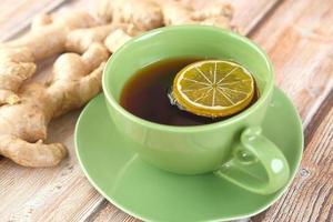 ingefära te med citron i grön mugg