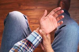 man håller handleden i smärta