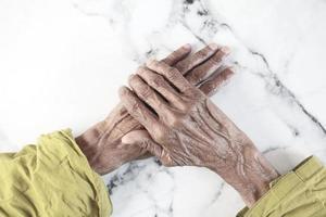 närbild av händerna på en äldre person