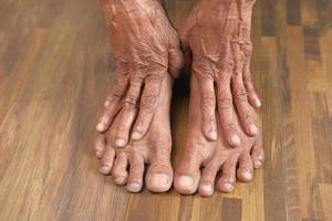 närbild på äldre kvinnas fötter foto