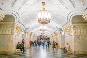 inre av tunnelbanestationen i Moskva foto