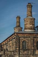 gammal järnverkbyggnad gjord av cinderblock foto