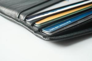 närbild av kreditkort i en svart plånbok foto