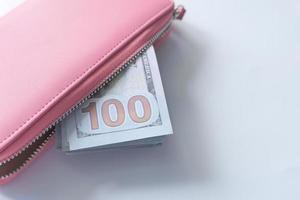 100 dollarsedel i rosa läderplånbok foto