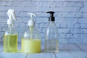handtvålar och desinfektionsmedel på neutral bakgrund