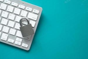 Internetsäkerhetskoncept med hänglås på datorns tangentbord foto