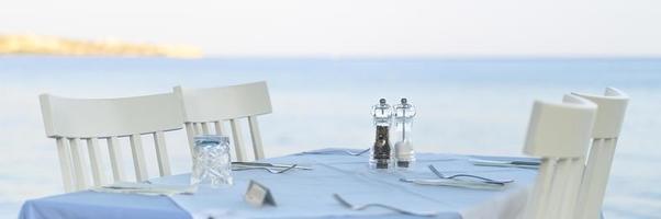 kafébord på havet, selektiv fokus foto