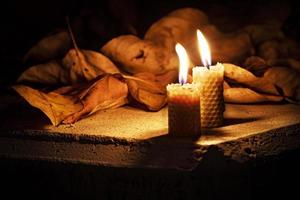 ljus på ett bord foto