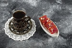 välsmakande turkisk glädje med en kopp varmt te