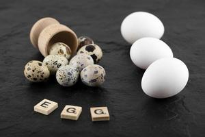 vaktel och kycklingägg på en svart bakgrund