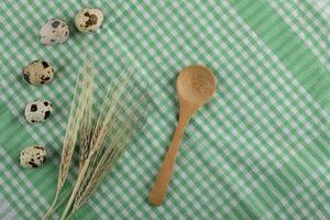 vaktelägg och veteöron på en randig bordsduk foto