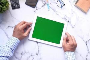 platt sammansättning av ung man med digital tablet