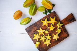 stjärnfrukt på en skärbräda foto