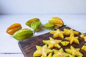 skivad stjärnfrukt foto