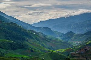 vackra terrasserade risfältfält och berglandskap i Vietnam foto