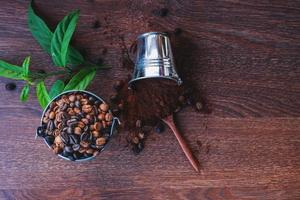 kaffebönor i hinkar foto