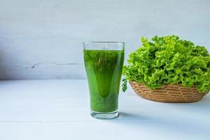 grönsaksjuice i ett glas foto