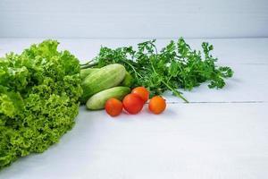 grönsaker på ett vitt bord
