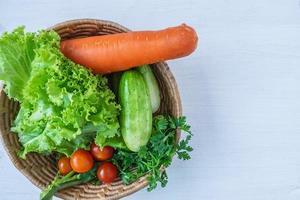 korgar med grönsaker foto