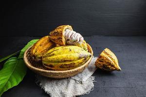 färsk kakaofrukt i en korg foto