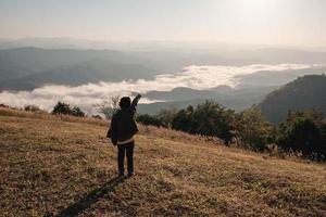 kvinna som pekar mot dalen foto