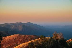 färgrik solnedgång över bergen foto