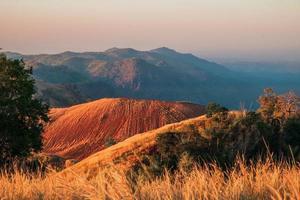 bergsutsikt vid solnedgången foto