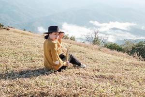 kvinna som håller torra risväxter foto