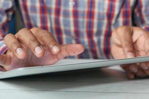 mans hand med digital tablet på nära håll foto